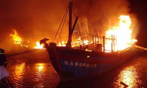 Bốn tàu cá cháy dữ dội trong đêm