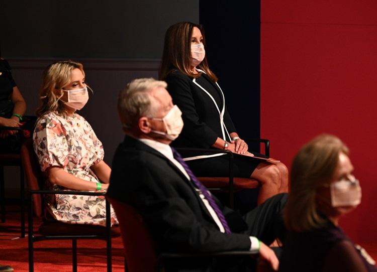 Bà Karen Pence (trong cùng) đeo khẩu trang trong suốt thời gian diễn ra tranh luận. Ảnh: AFP.