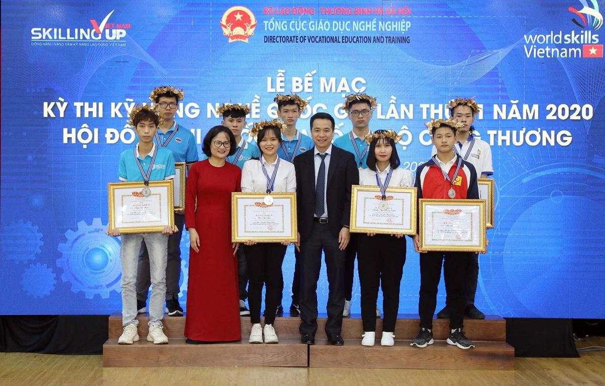Các thí sinh giành giải được trao huy chương và giấy khen tại kỳ thi Kỹ năng nghề quốc gia 2020, ngày 10/10. Ảnh: BTC