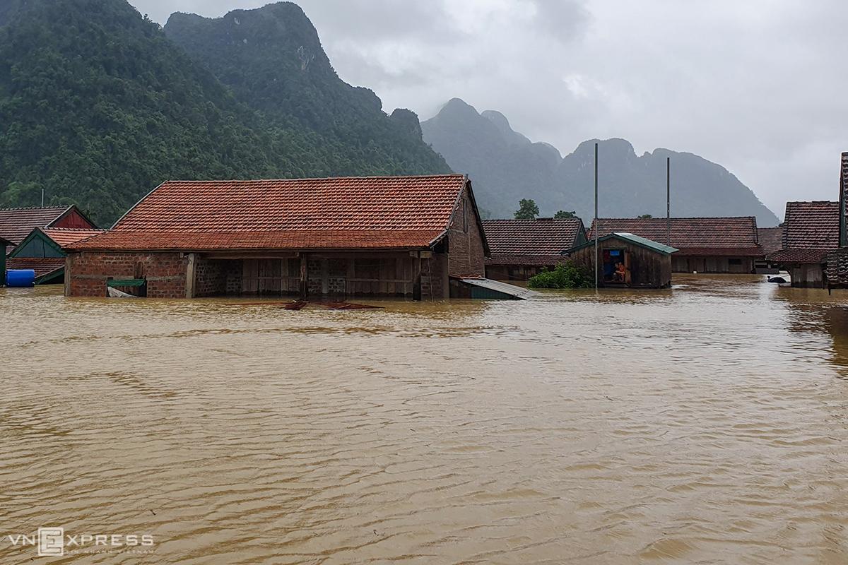 Hàng trăm ngôi nhà ở huyện Minh Hóa, tỉnh Quảng Bình chìm trong nước lũ ngày 9/10. Ảnh: Đức Hùng.