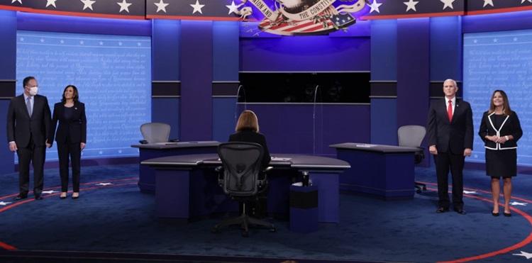 Đệ nhị phu nhân Mỹ Karean Pence (ngoài cùng bên phải) không đeo khẩu trang khi lên sân khấu cùng chồng cuối buổi tranh luận phó tổng thống hôm 7/10. Ảnh: AFP.