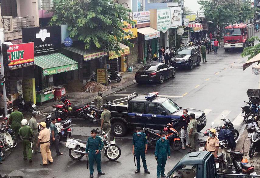 Lo sợ cháy nổ từ bom của nghi can để lại, cảnh sát cứu hỏa được huy động đến xứ lý. Ảnh: Đình Văn.