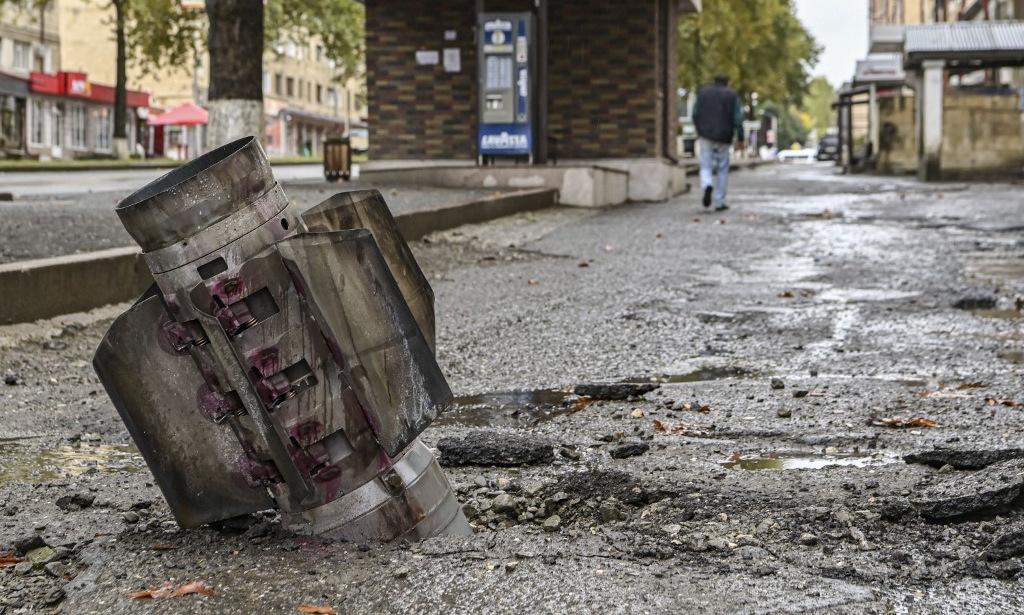 Đạn pháo phản lực rơi tại thủ phủ Stepanakert hôm 6/10. Ảnh: AFP.