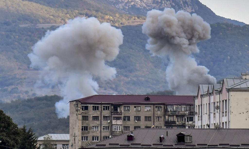 Cột khói bốc lên sau một cuộc pháo kích nhằm vào Stepanakert hôm 9/10. Ảnh: AFP.