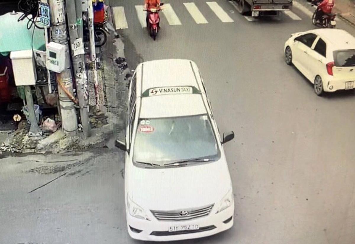 Taxi chở người đàn bà chạy khỏi hiện trường. Ảnh camera an ninh.