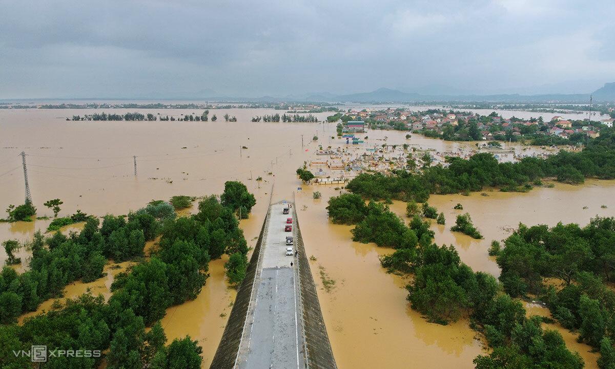 Tỉnh lộ 564 đoạn qua xã Tân Ninh bị ngập, chiều 10/10. Ảnh: Đức Hùng