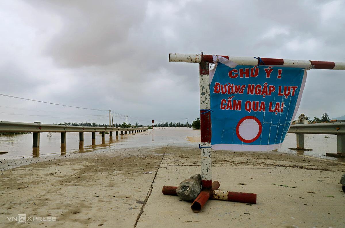 Nhà chức trách cắm biển cấm qua lại ở phía đầu điểm ngập. Ảnh: Đức Hùng