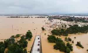 Quốc lộ bị nước lũ nhấn chìm