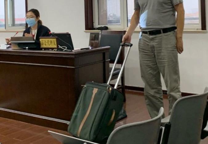 Chiếc valy gây án được đem ra trước tòa để thực nghiệm. Ảnh: SCMP.