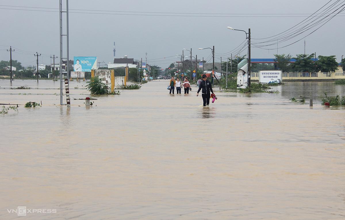 Đoạn đường hai chồng anh Quốc gặp nạn nước ngập hơn nửa mét, chảy xiết chiều 10/10. Ảnh: Đắc Thành.