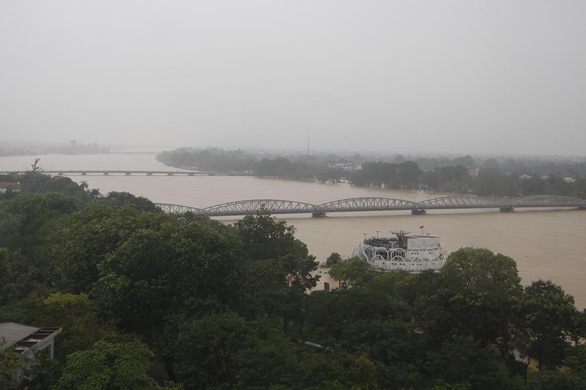 Nước lũ từ thượng nguồn đổ về sông Hương. Ảnh: Võ Thạnh