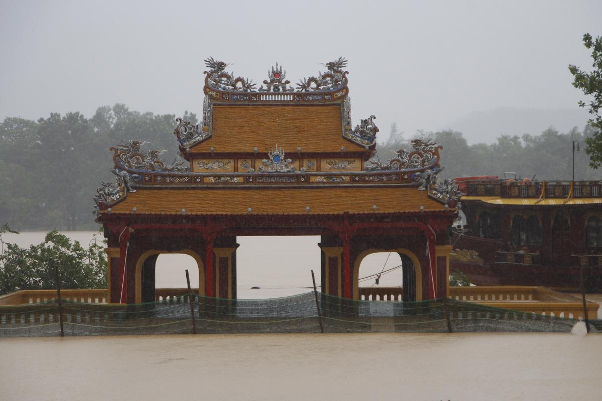 Nghinh Lương Đình nằm bên sông Hương ngập sâu. Ảnh: Võ Thạnh