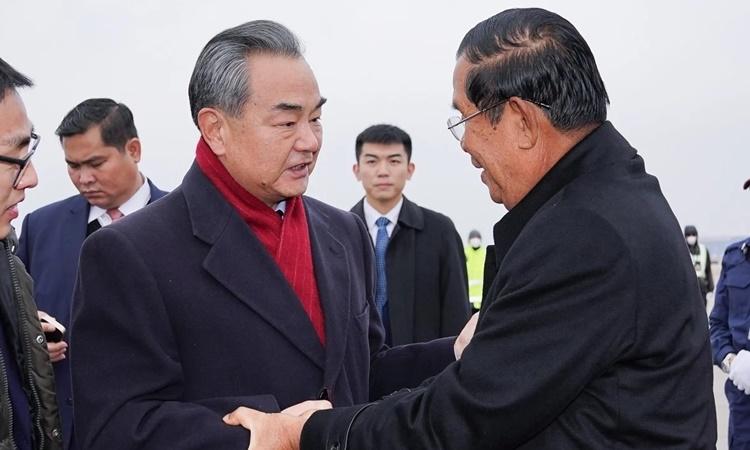 Ngoại trưởng Trung Quốc Vương Nghị đón Thủ tướng Campuchia Hun Sen tại Bắc Kinh hồi tháng hai. Ảnh: Xinhua.