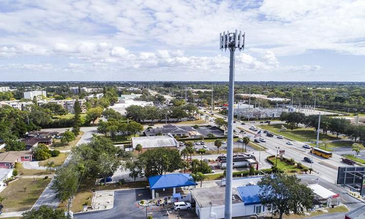 Một bộ phát sóng 5G được đặt cao hơn 10 m so với mặt đất. Ảnh: Jeffrey Greenberg.