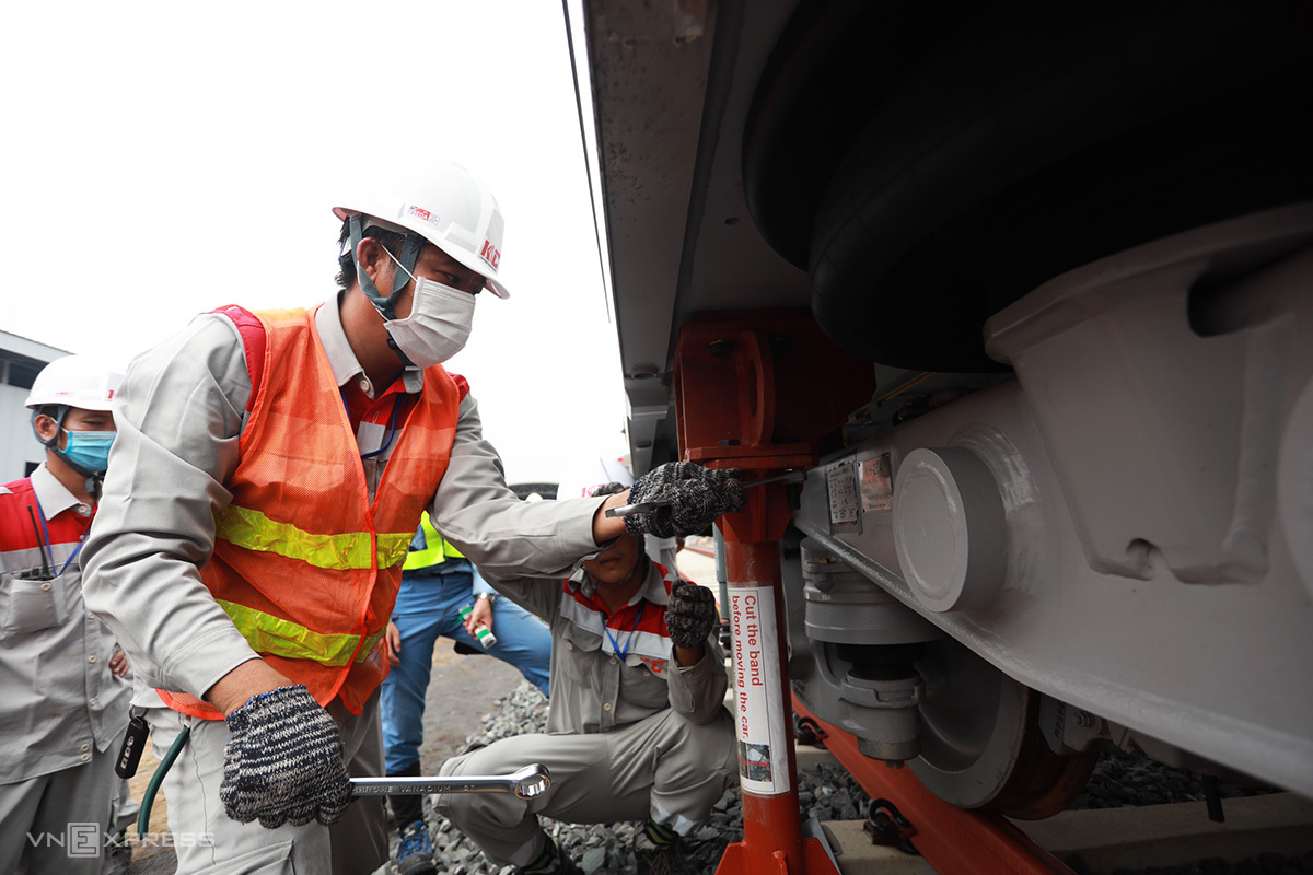 Các kỹ sư của dự án đang kết nối dồn 3 toa lại ớ nhau sau khi Metro Số 1 đưa về depot. Ảnh: Hữu Khoa.