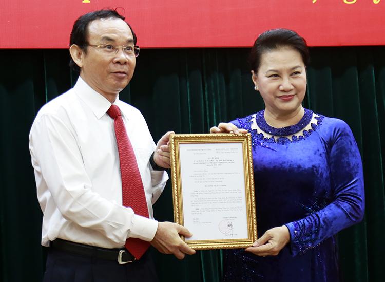 Chủ tịch Quốc hội Nguyễn Thị Kim Ngân trao quyết định cho ông Võ Văn Nên sáng 11/10. Ảnh: Hữu Công