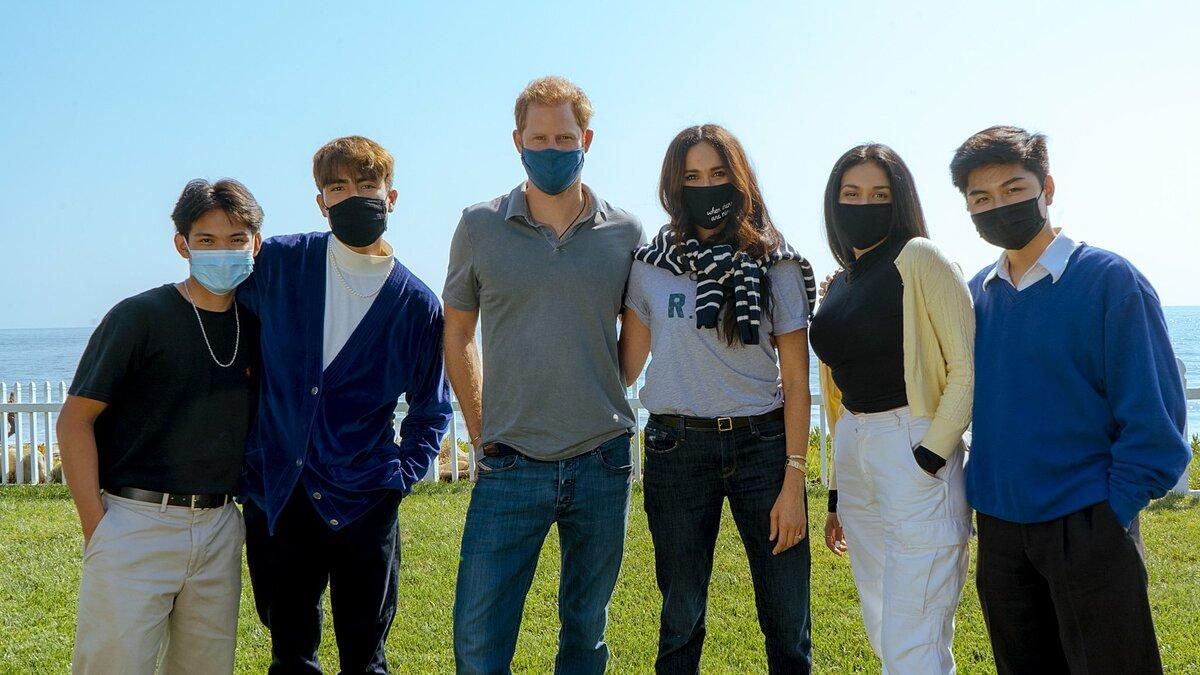 Vợ chồng hoàng tử Harry (giữa) chụp ảnh cùng các học sinh trung học ở California hôm 10/10. Ảnh: Twitter/Teenager Therapy.