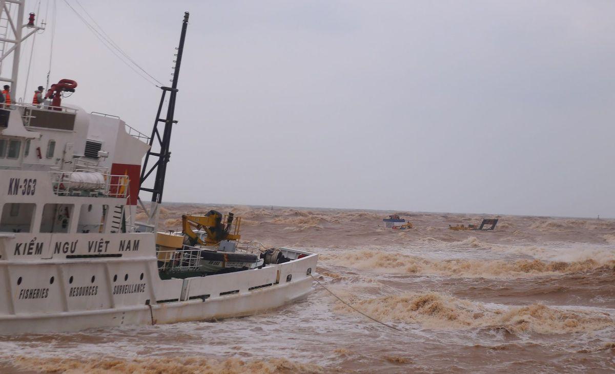 Tàu kiểm ngư cố gắng tiếp cận tàu chìm nhưng bất thành do nước cạn và sóng lớn. Ảnh: Hoàng Táo