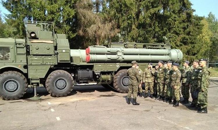 Một xe phóng của tổ hợp S-400 được trang bị hai loại tên lửa tham gia diễn tập phòng không Lá chắn Slav tại thao trường Ashuluk, Nga, tháng 9/2019. Ảnh:  Krasnaya Zvezda.