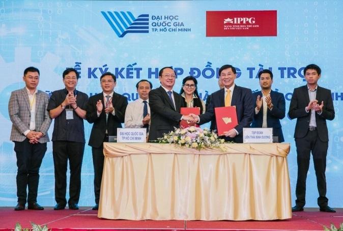Lễ ký kết hợp đồng tài trợ diễn ra sáng 12/10 với sự tham gia của đại diện Công ty TNHH xuất nhập khẩu Liên Thái Bình Dương và Đại học Quốc Gia TP HCM.