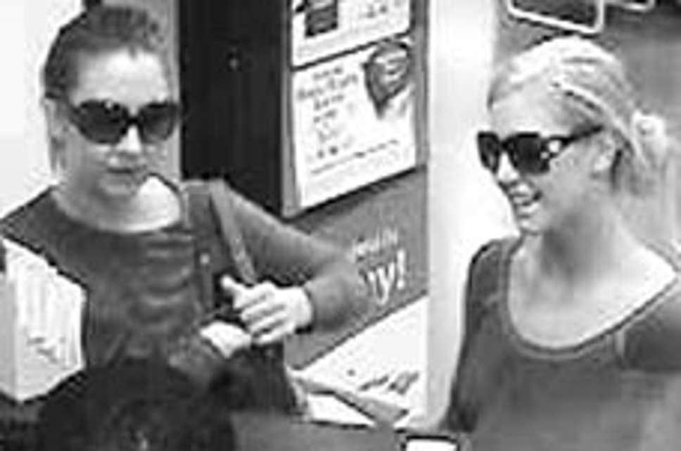 Heather Johnston (phải) và Ashley Miller cướp ngân hàng tại Georgia tháng 2/2007. Ảnh: AP.