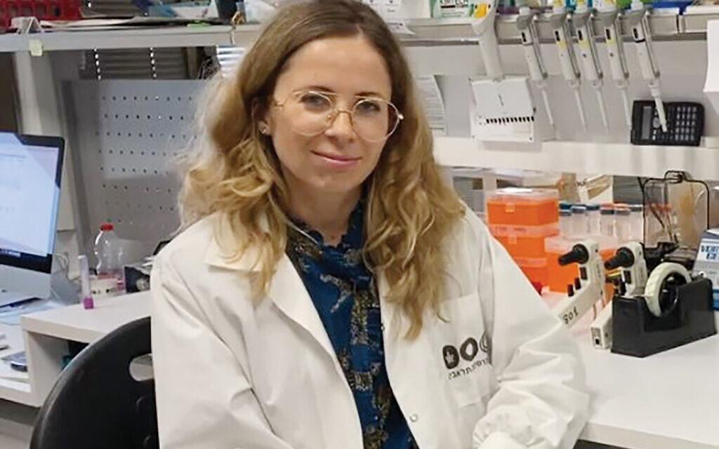 Tiến sĩ Natalia Freund tại phòng thí nghiệm ở đại học Tel Aviv. Ảnh: Đại học Tel Aviv