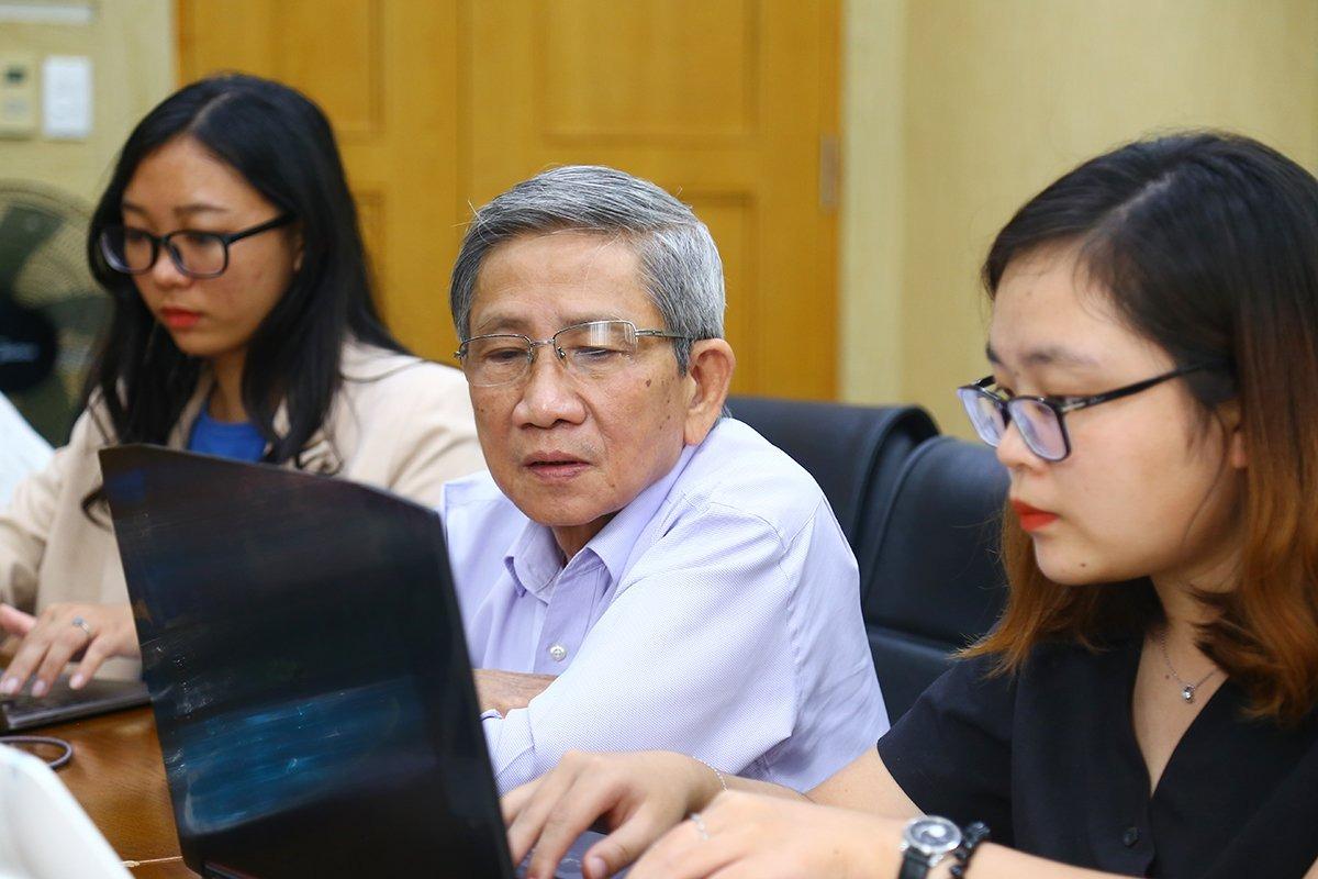 Giáo sư Nguyễn Minh Thuyết trả lời phỏng vấn trực tuyến tại tòa soạn VnExpress ngày 12/10. Ảnh: Phạm Dự.