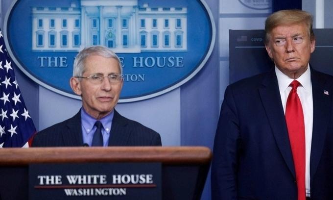 Cố vấn y tế Anthony Fauci (trái) và Tổng thống Mỹ Donald Trump trong cuộc họp báo tại Nhà Trắng ngày 13/4. Ảnh: AFP.