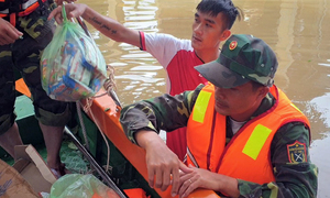 Bộ đội tiếp tế thực phẩm tới vùng lũ