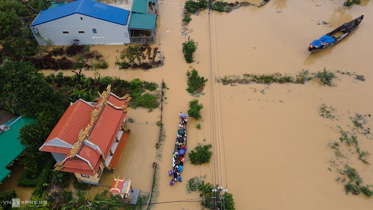 Một đường phố ở thành phố Huế ngập chìm trong nước lũ ngày 12/10. Ảnh: Ngọc Thạnh.