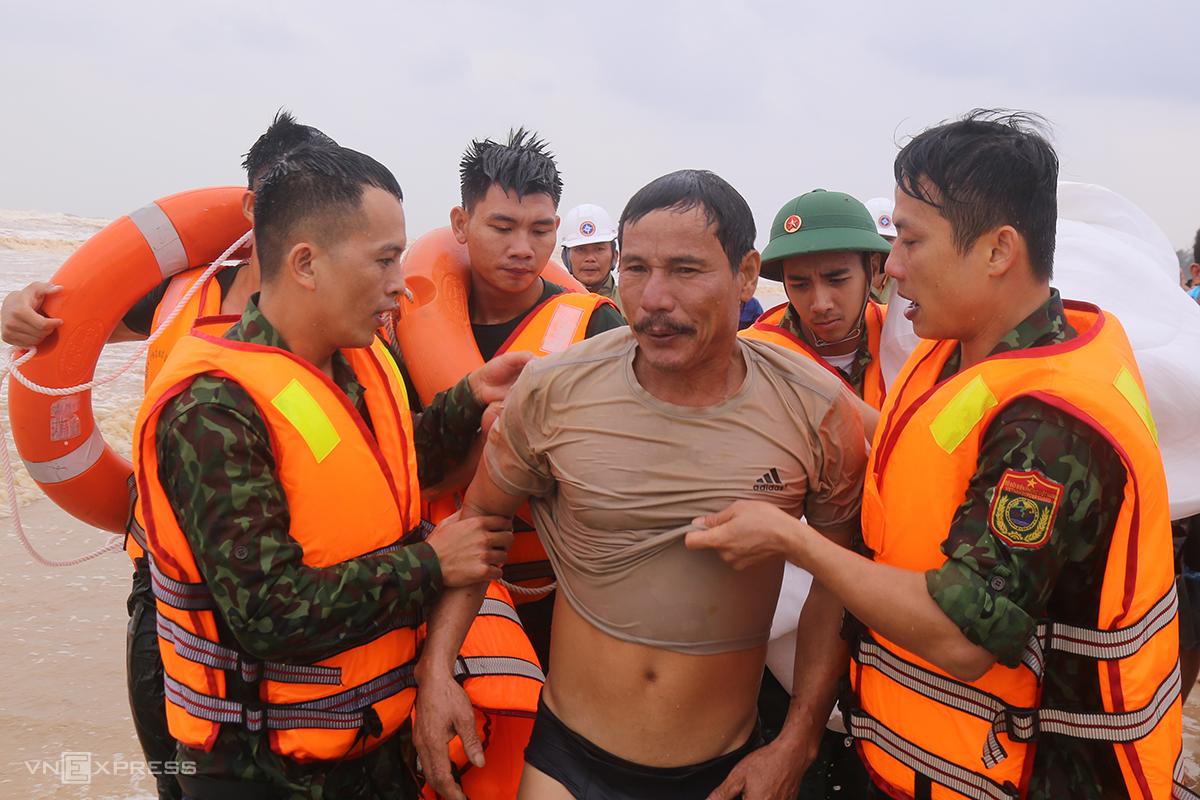Bị sóng đánh rơi xuống biển trên chuyến cứu nạn thứ 2, ngư dân Nguyễn Đức Bằng bơi trở về bờ, lúc 9h55 ngày 10/10. Ảnh: Hoàng Táo