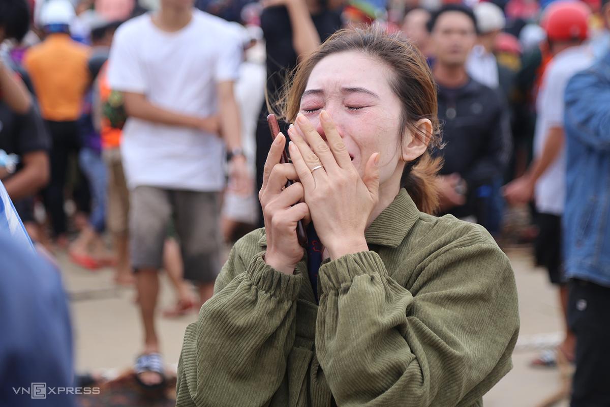 Chị Trần Thị Vân khóc nức nở khi biết em trai vẫn bị mắc kẹt ở ngoài tàu hàng, lúc 15h55 ngày 10/10. Ảnh: Hoàng Táo