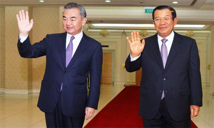 Ngoại trưởng Trung Quốc Vương Nghị (trái) và Thủ tướng Campuchia Hun Sen tại Cung điện Hòa bình ở Phnom Penh hôm nay. Ảnh: AFP.