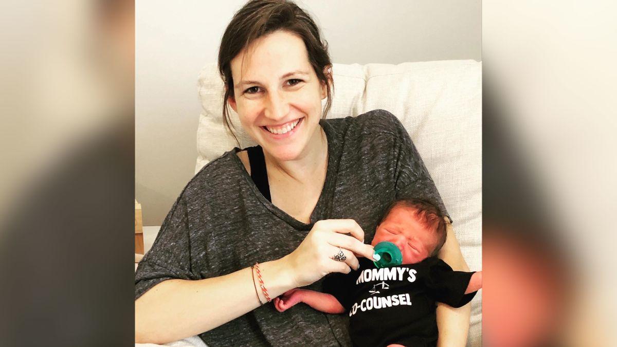 Brianna Hill và con trai chào đời khi cô đang làm bài thi luật sư. Ảnh: CNN