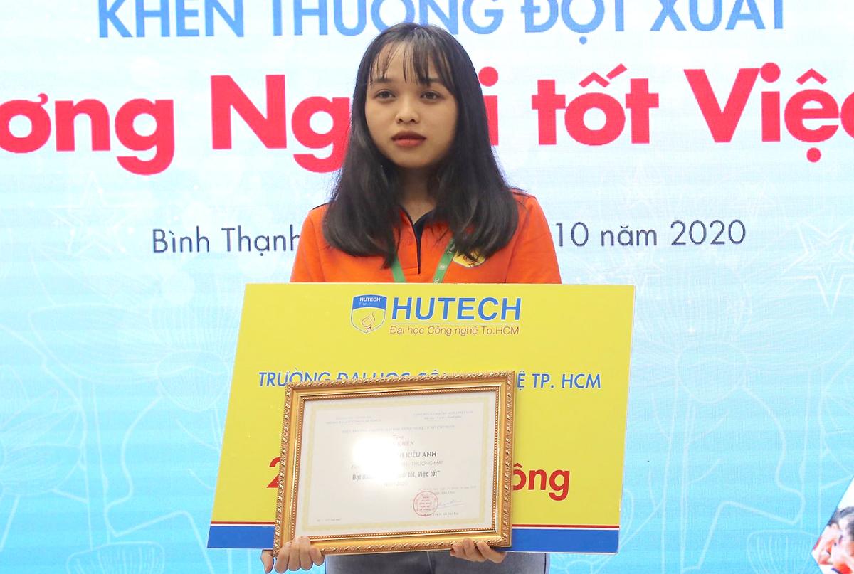 Bùi Thị Kiều Anh nhận bằng khen từ UBND phường 14, quận Bình Thạnh. Ảnh: Đình Văn.
