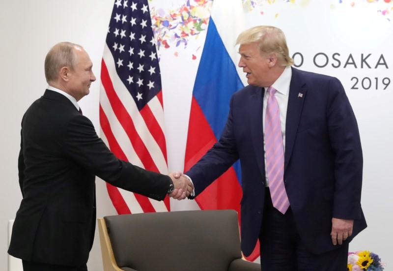 Tổng thống Nga Vladimir Putin (trái) bắt tay Tổng thống Mỹ Donald Trump tại hội nghị thượng đỉnh G20, tổ chức ở Osaka, Nhật Bản, ngày 28/6/2019. Ảnh: Reuters.