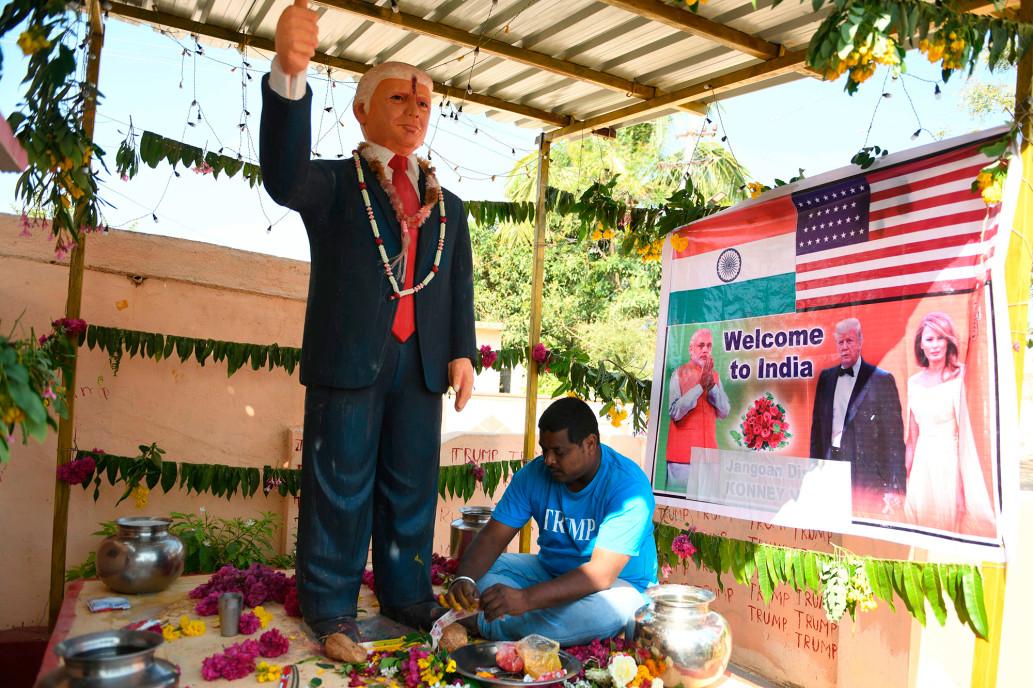 Bussa Krishna Raju và góc thờ Trump tại nhà ở bang Telangana hồi tháng hai. Ảnh: AFP.