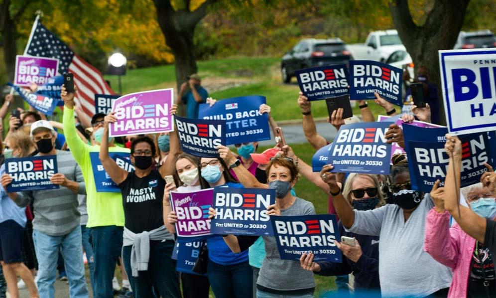 Đám đông ủng hộ ứng viên tổng thống đảng Dân chủ Joe Biden đứng bên đường khi ông tới thành phố Erie, bang Pennsylvania, hôm 10/10. Ảnh: AFP.