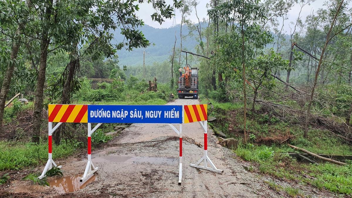 Nhà chức trách dựng rào chắn đường vào khu vực thủy điện Rào Trăng 3. Ảnh: Đắc Thành