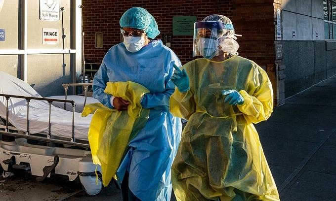 Nhân viên y tế bên ngoài Trung tâm Y tế Maimonides ở New York, Mỹ, ngày 11/4. Ảnh: NYTimes.