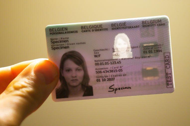Đằng sau thẻ căn cước mới ở Bỉ là hình khắc laser chân dung của chủ thẻ. Ảnh: Belga.