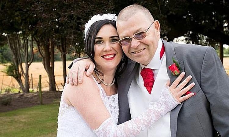 Kim Leary (trái), đã làm hô hấp nhân tạo kịp thời để cứu sống bố là John Douglas (phải), trong đám cưới của mình ở thành phố Chester năm 2017. Ảnh: SWNS