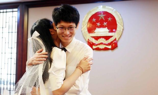 Một trong nhiều đôi đăng ký kết hôn tại văn phòng quận Phố Đông, Thượng Hải, trong Tuần lễ Vàng. Ảnh: REX/Shutterstock.