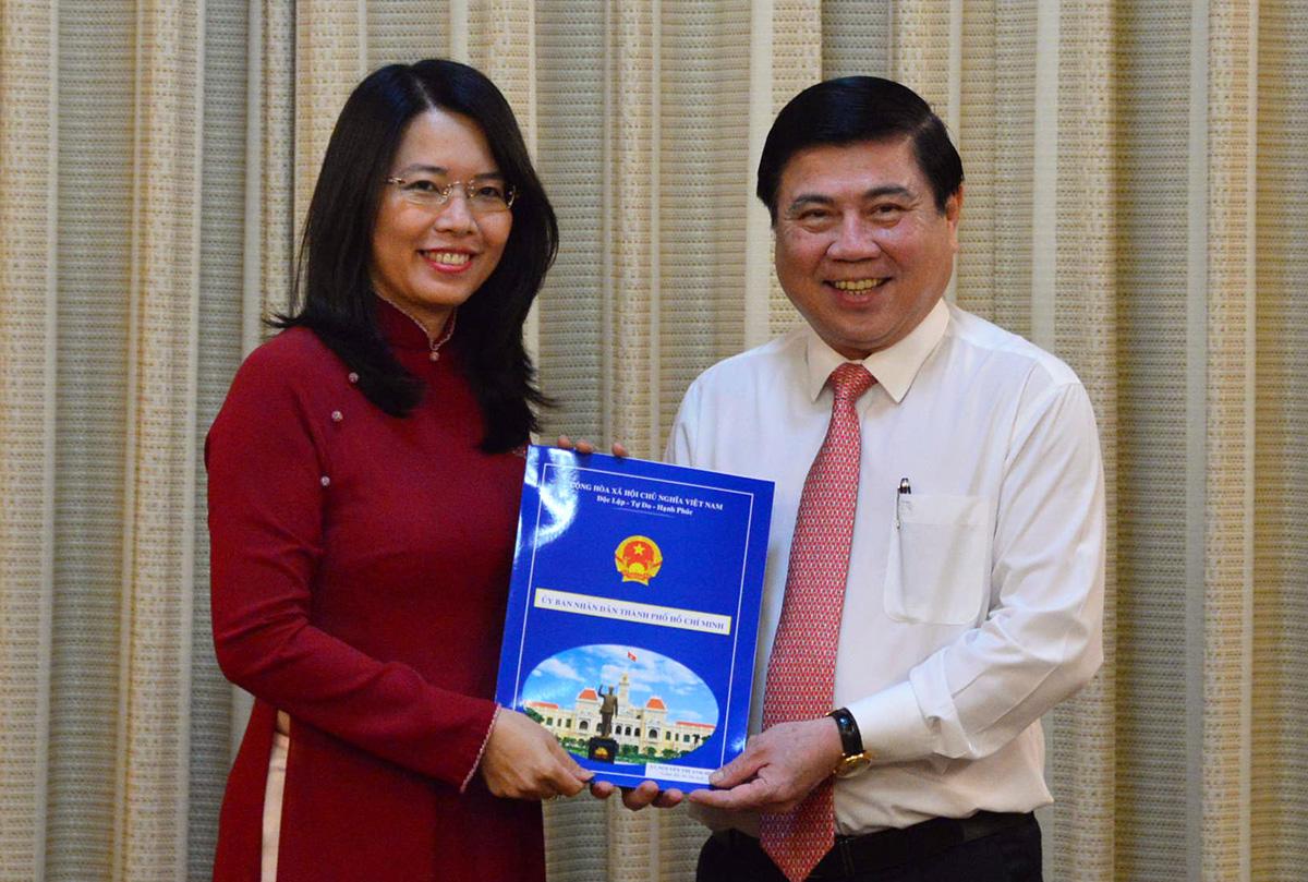 Chủ tịch UBND TP HCM Nguyễn Thành Phong trao quyết định bổ nhiệm cho bà Hoa chiều 13/10. Ảnh: Hữu Công.