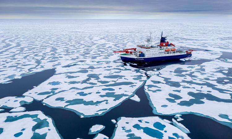 Tàu Polarstern vượt qua băng biển. Ảnh: Viện Alfred Wegener/Steffen Graupner.