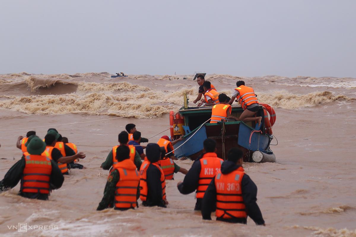 Ngư dân Quảng Trị ra khơi cứu nạn thuyền viên tàu Vietship 01 bị chìm. Ảnh: Hoàng Táo