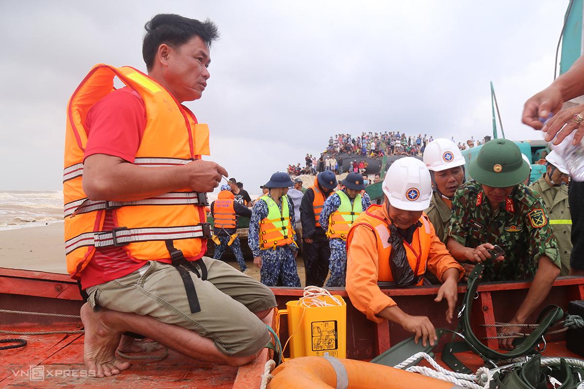 Ngư dân Nguyễn Hoài Minh chuẩn bị ra khơi cứu nạn các thuyền viên tàu Vietship 01. Ảnh: Hoàng Táo