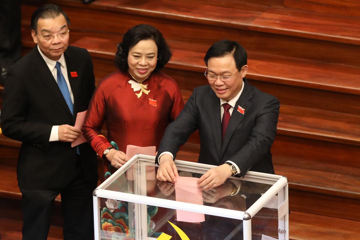 Chiều 12/10, các đại biểu bỏ phiếu bầu Ban chấp hành đảng bộ Hà Nội nhiệm kỳ 2020 - 2025. Ảnh: Ngọc Thành.