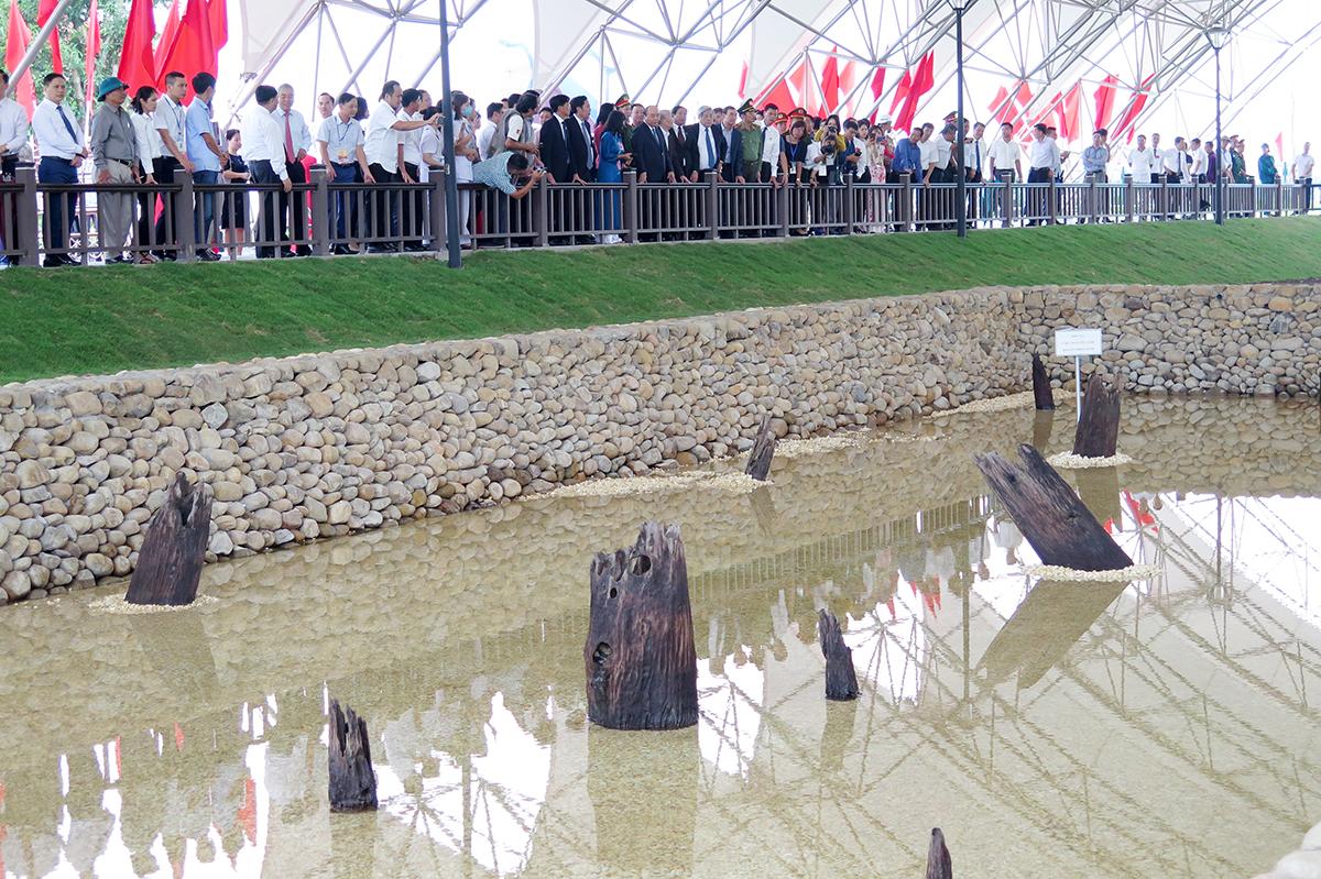 Sau khi cắt băng khánh thành và trồng cây lưu niệm, Thủ tướng Nguyễn Xuân Phúc cùng đoàn đại biểu thăm quan bãi cọc. Ảnh: Giang Chinh