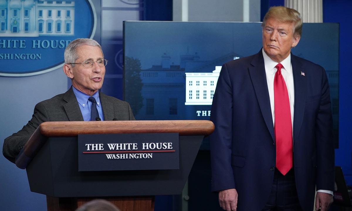 Athony Fauci (trái), giám đốc Viện Dị ứng và Bệnh truyền nhiễm Quốc gia, và Tổng thống Donald Trump tại họp báo Covid-19 ở Nhà Trắng hồi tháng 4. Ảnh: AFP.